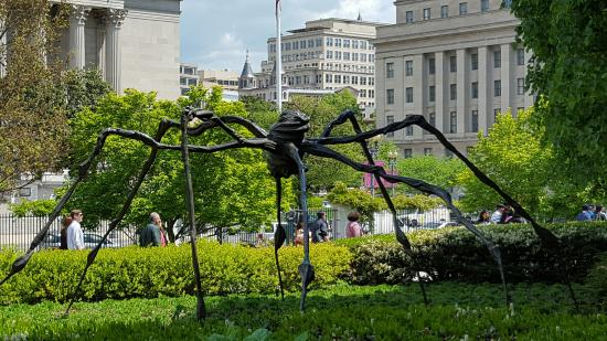 louise bourgeois monumental spider