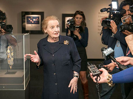 Madeleine-Albright_presentacion-a-la-prensa_450