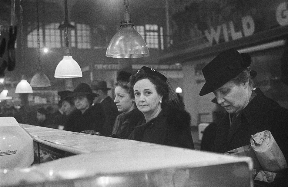 Roman-Vischniac-lCustomers-waiting,-New-York,-1941-44-
