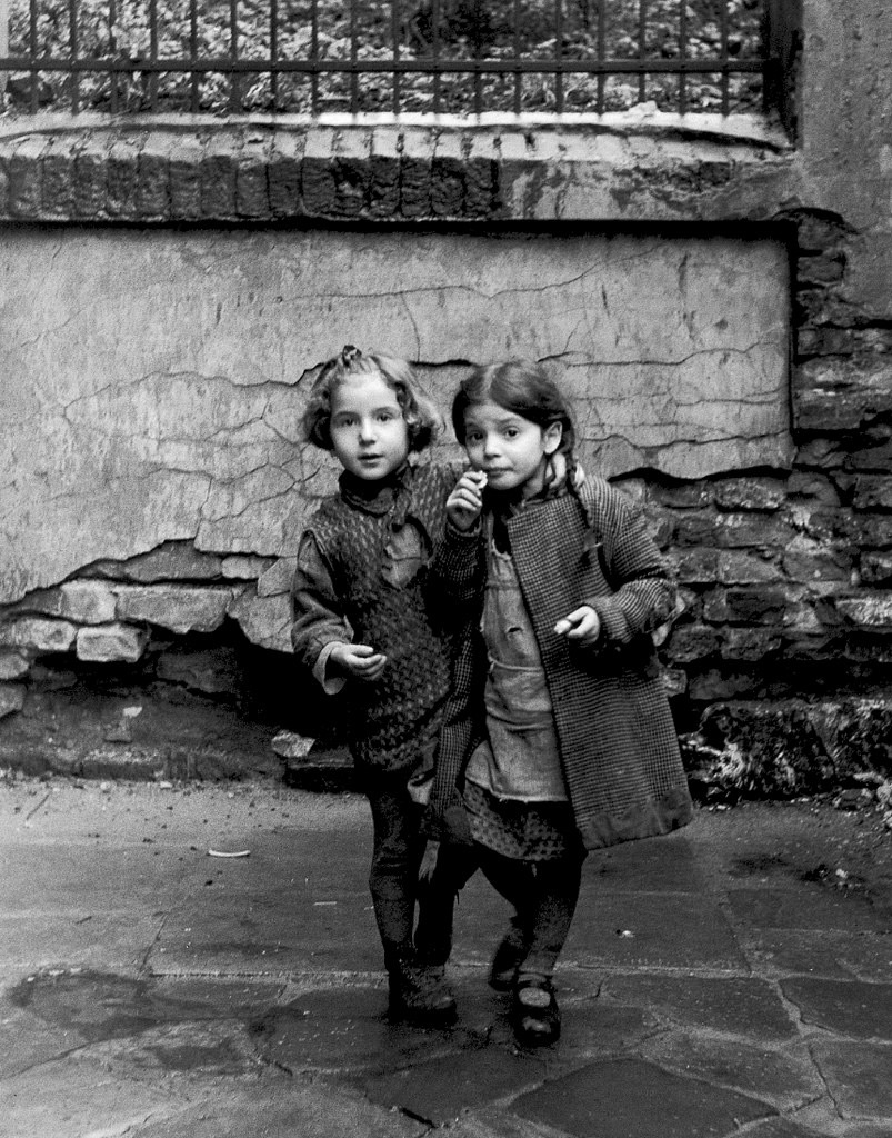roman vishniac_Two-friends-shyly-approach-the-photographer,-Lodz
