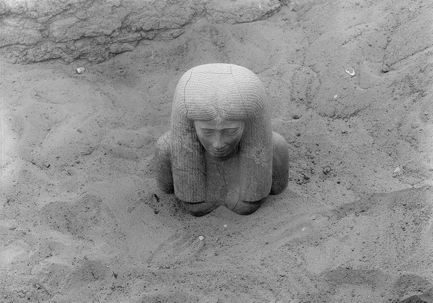 1913_01_Kerma_Statue-of-Lady-Sennuwy-emerging_850-W