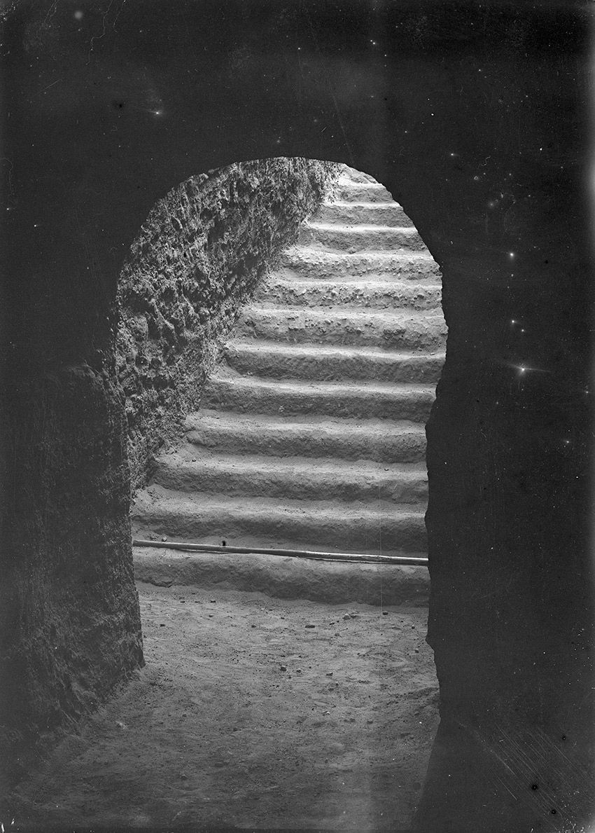 1918_12_Nuri-Pyramid-52-a-queen-end-of-entrance-stair-seen_850-W UNO
