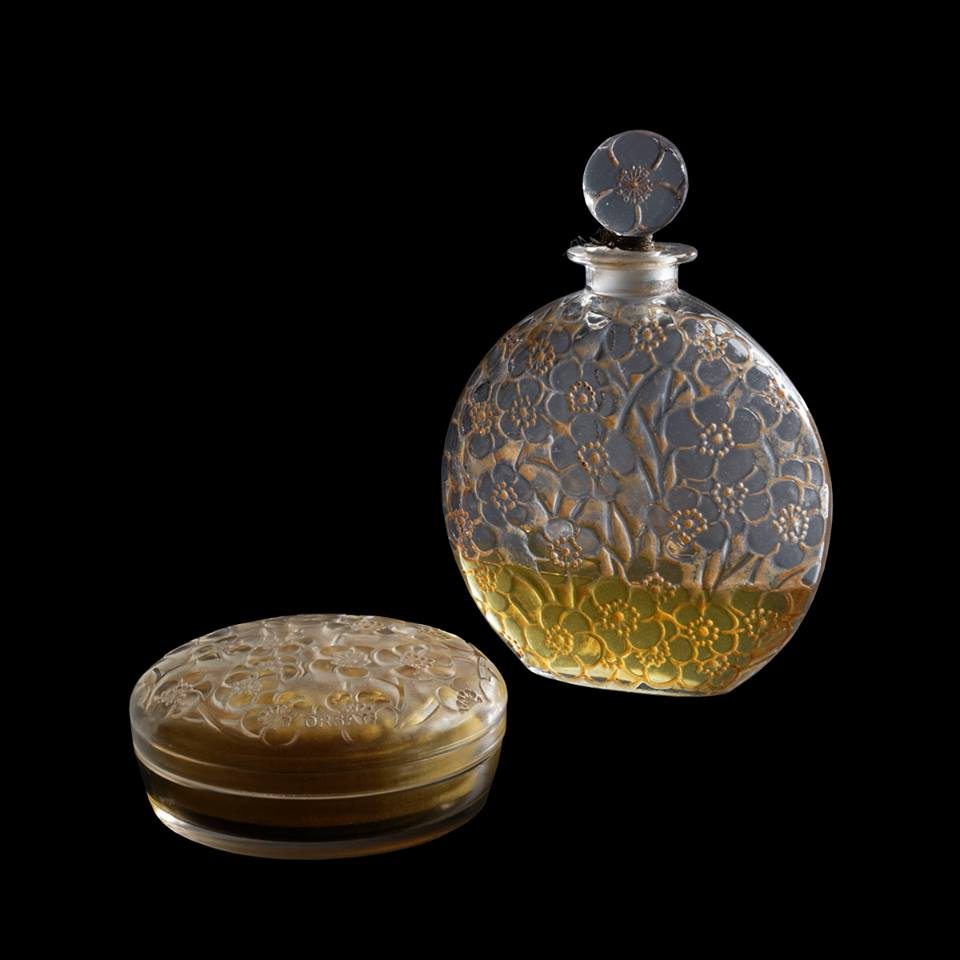 1922, René Lalique created « Le Lys » (The Lily) perfume bottle and the « Jasmin » (Jasmine) powder box for d'Orsay. These two models are decorated with eglantines, a floral speci