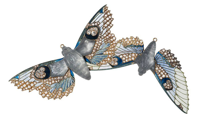 Rene-Lalique-could-use-different-kinds-of-material-such-as-glass,-gold,-enamel-and-precious-stones