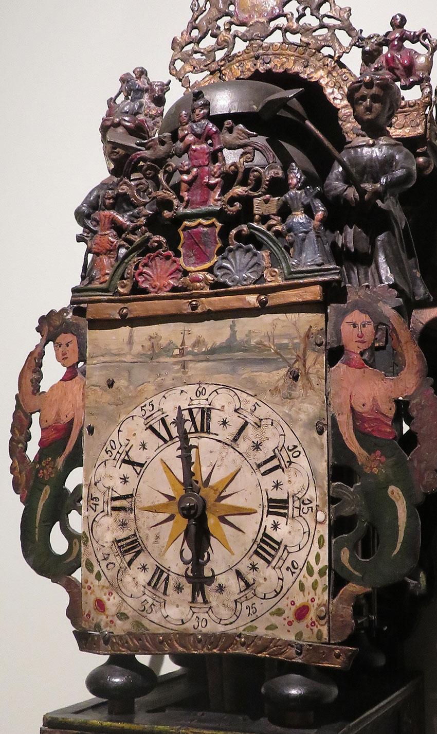 13_Reloj de pared autómata en hierro y madera policromada. Holandés. Siglo XVIII.Medidas 70 x 30 cm.Nº Inv. R.A. 065
