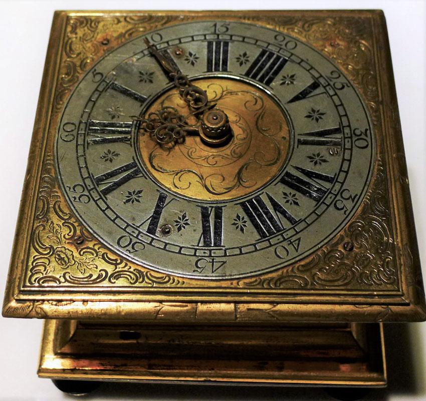 34_Reloj alemán de sobremesa horizontal en bronce dorado por David Buschman. S. XVI. Medidas 11x 11 cm. Nº inv. P.O. 051