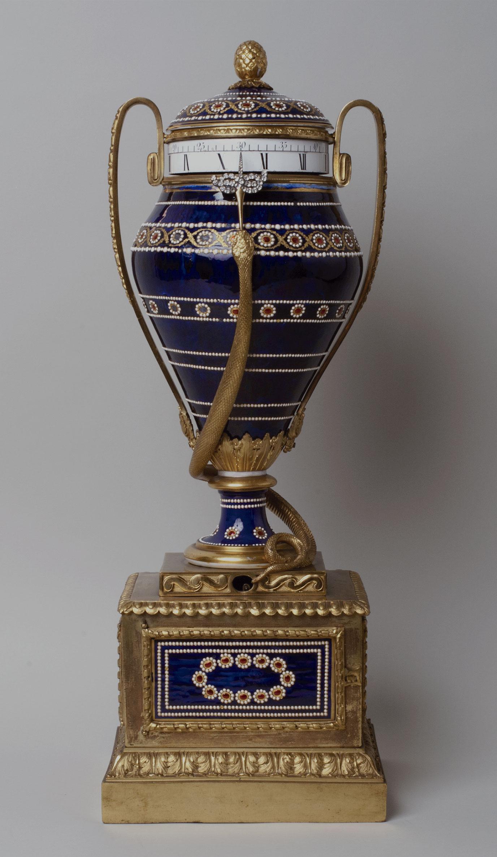 47_Reloj-anfora frances en bronce dorado y porcelana de Sevres. Estilo Luis XV. Cica 1780. Medidas 70 x 25,5 x 23 cm. Nº Inv. R.A. 497